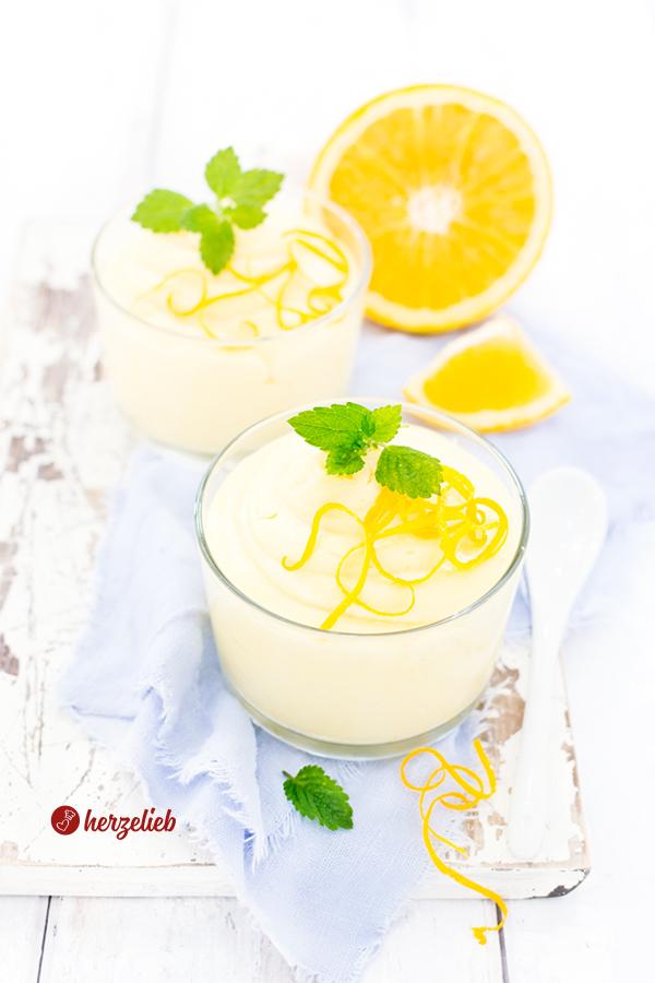 Selbstgemachtes Orangencreme Dessert mit Zitronenmelisse
