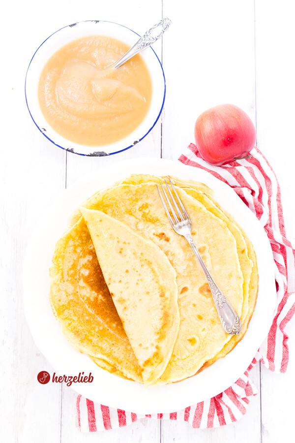Klassische Pfannkuchen wie von Oma mit Apfelmus
