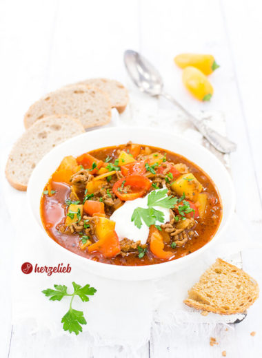 Leckerer Bauerntopf selbstgekocht. Ein Rezept mit frischen & raffinierten Zutaten. Eintopf mit Hackfleisch, Kartoffeln, Paprika selber kochen