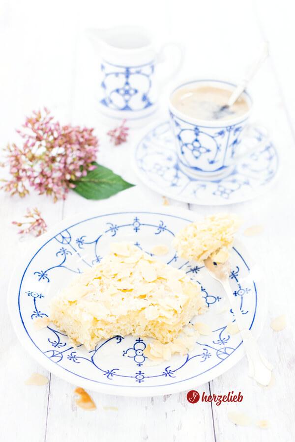 Butterkuchen vom Blech ohne Hefe mit Mandeln. Blech-Butterkuchen mit Quark-Öl-Teig saftig & schnell. Butterkuchen Rezepte kann man nicht genug haben!