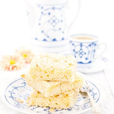 Butterkuchen vom Blech ohne Hefe. Blech-Butterkuchen mit Quark-Öl-Teig saftig & schnell. Butterkuchen Rezepte kann man nicht genug haben! Blech-Butterkuchen