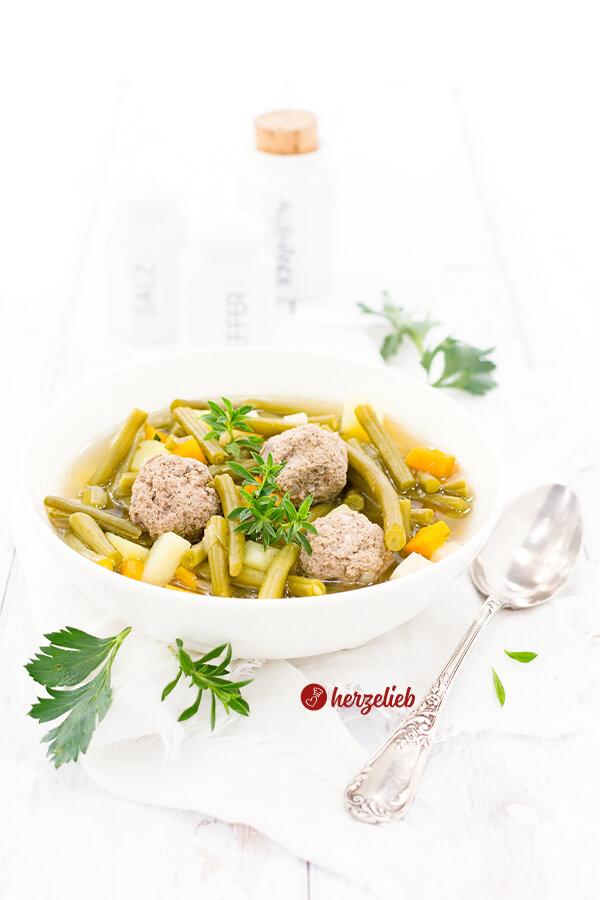 Grüne Bohnensuppe mit Fleischklößchen, Möhren, Kartoffeln, Sellerie