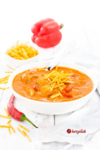 Currywurstsuppe Rezept für Currywurst Fans. Perfekt abgeschmeckt mit Orange, Paprika und Tomaten.