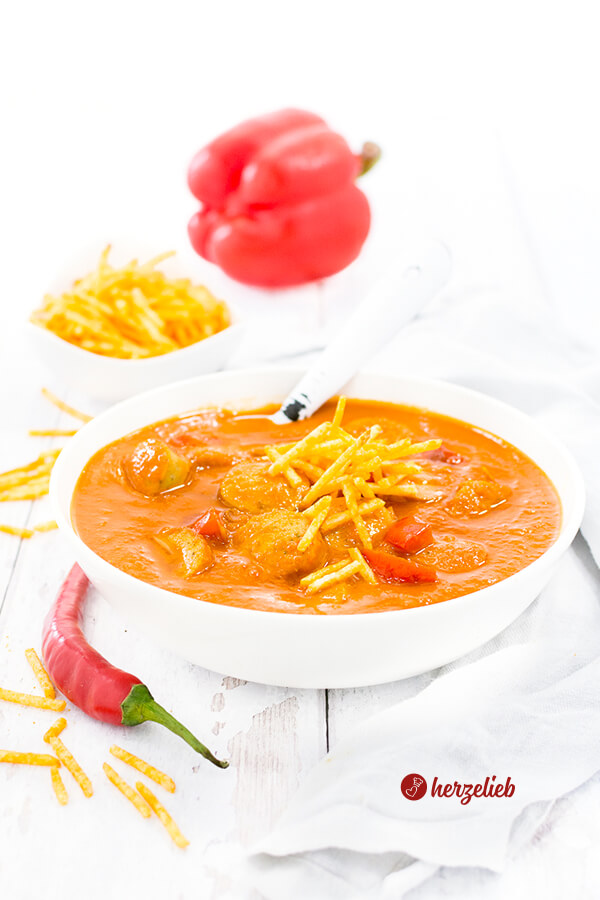 Currywurstsuppe Rezept für Currywurst Fans. Perfekt abgeschmeckt mit Orange, Paprika und Tomaten. Schnell gemacht mit einfachen Zutaten.