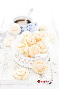 Jitterbuggare sind leckere, gefüllte Kekse oder Plätzchen aus Schweden. Gefüllt mit einer Baisermasse sind sie etwas ganz Besonderes.