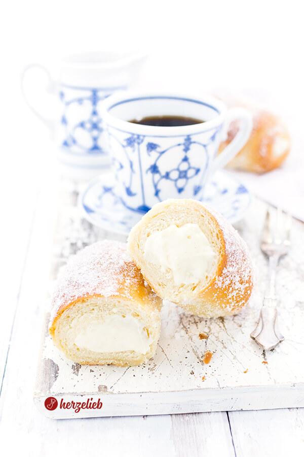 Pudding-Vanillestangen sind herrlich cremig gefüllt. Ein einfaches Rezept für richtig lockere und weiche, gefüllte Hefeteigstangen.