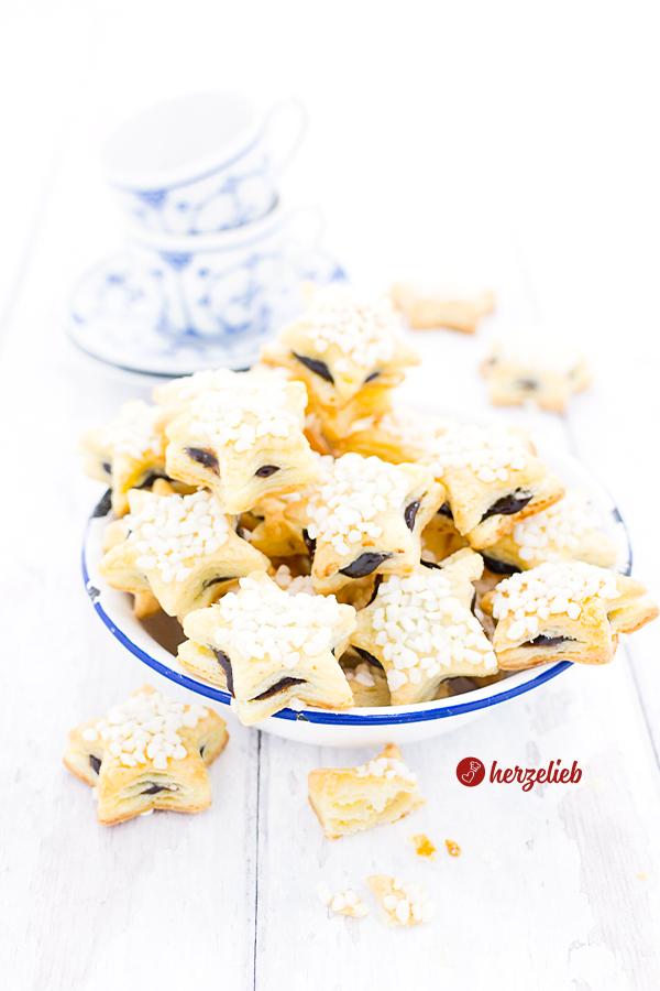 Friesensterne sind für mich die einfachsten Plätzchen der Welt. Mit nur 5 Zutaten & ohne Zucker im Teig sind sie schnell gemacht. Blitzrezept