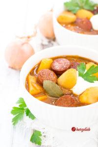 Kartoffelgulasch Rezept, dass wenig Arbeit macht und schnell fertig ist. So lecker, so einfache Zutaten - ein echter Lieblings-Eintopf!