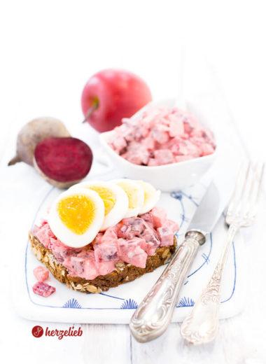 Russisk Salat aus Dänemark auf Roggenbrot mit Ei