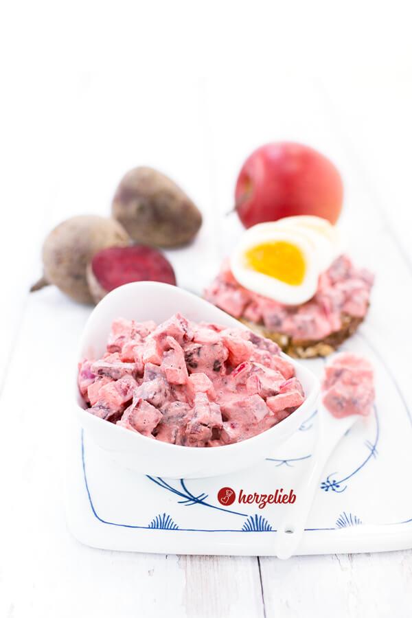 Russisk Salat aus Dänemark auf Roggenbrot mit Ei von herzelieb