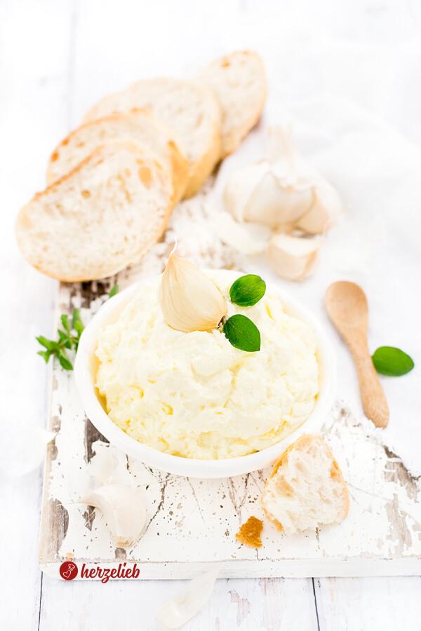 Knoblauchdip oder Knoblauchcreme zum Grillen, Fondue, Raclette, Brot oder Brötchen