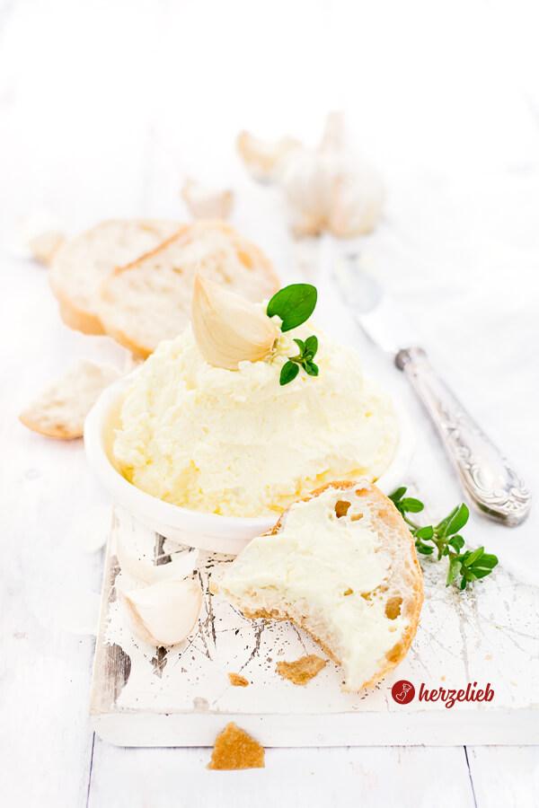 Knoblauchcreme oder Knoblachdip zum Brot, Raclette, Fondue, Grillen von herzelieb