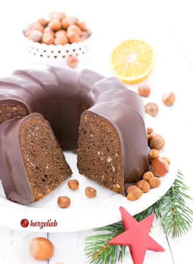 Lebkuchen Gugelhupf mit Gewürzen, Orange, Aprikosen, Schokolade und Nüssen