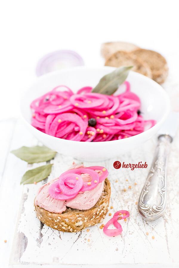 Syltede rødløg aus Dänemark schmecken nicht nur zu Fleisch, Käse, Brot oder Hot Dog. Ein einfaches Rezept für sauer eingelgte rote Zwiebeln