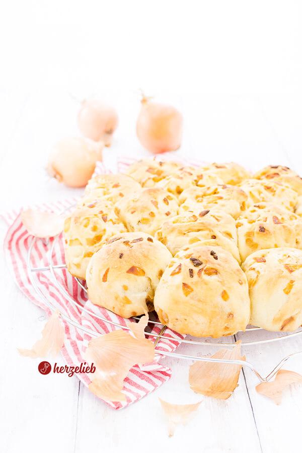 Zwiebel-Zupfbrötchen zum Grillen, zum Fondue, zum Raclette oder als Snack von herzelieb