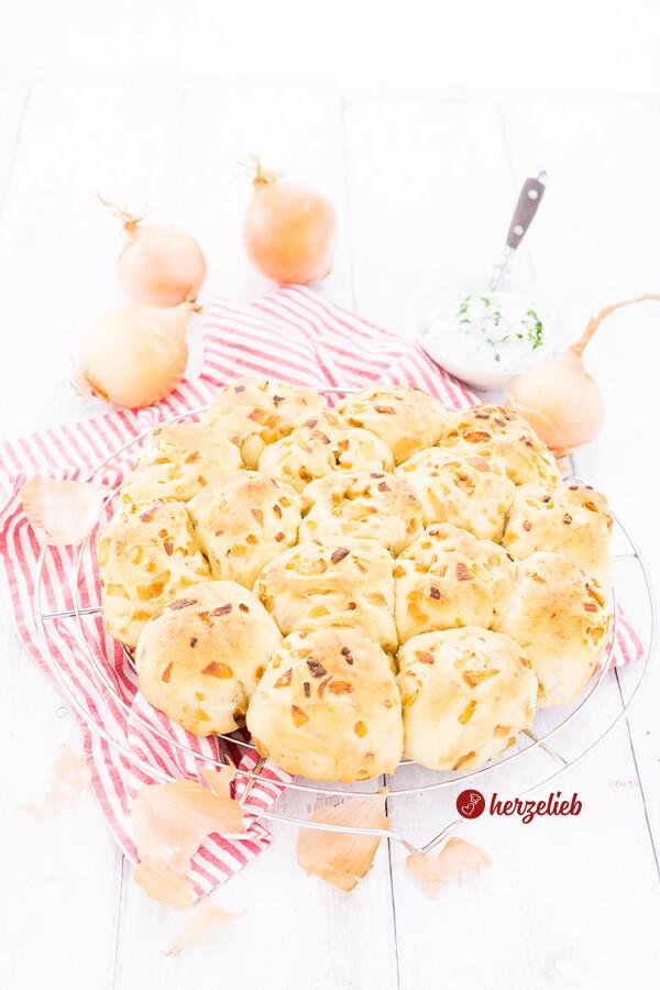 Zwiebel-Zupfbrötchen mit Schmand zum Grillen, Fondue, Raclette