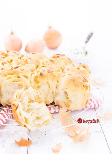 Zwiebel-Zupfbrötchen Rezept supersaftig und ganz schnell gemacht.