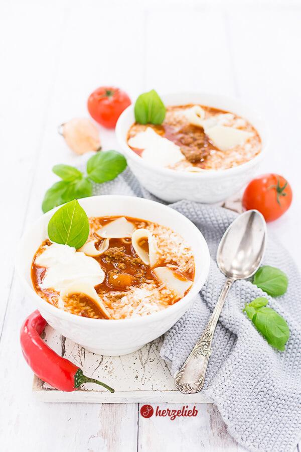 Lasagnesuppe mit Basilikum, Parmesan, Tomaten und Hackfleisch Rezept von herzelieb