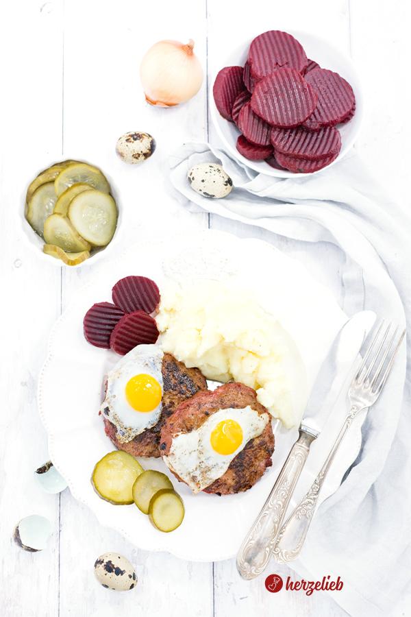 Biff á la Lindström aus Schweden mit  roter Bete, Gurken, Ei und Kartoffelbrei