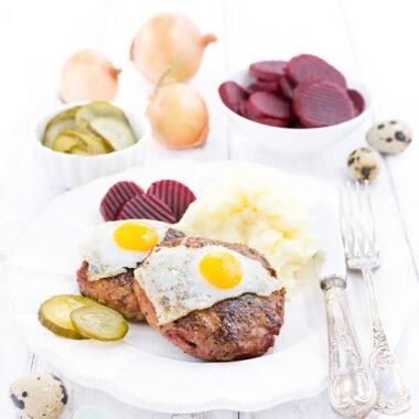 Biff á la Lindström aus Schweden mit Kartoffelbrei, Gurken, Ei und roter Bete