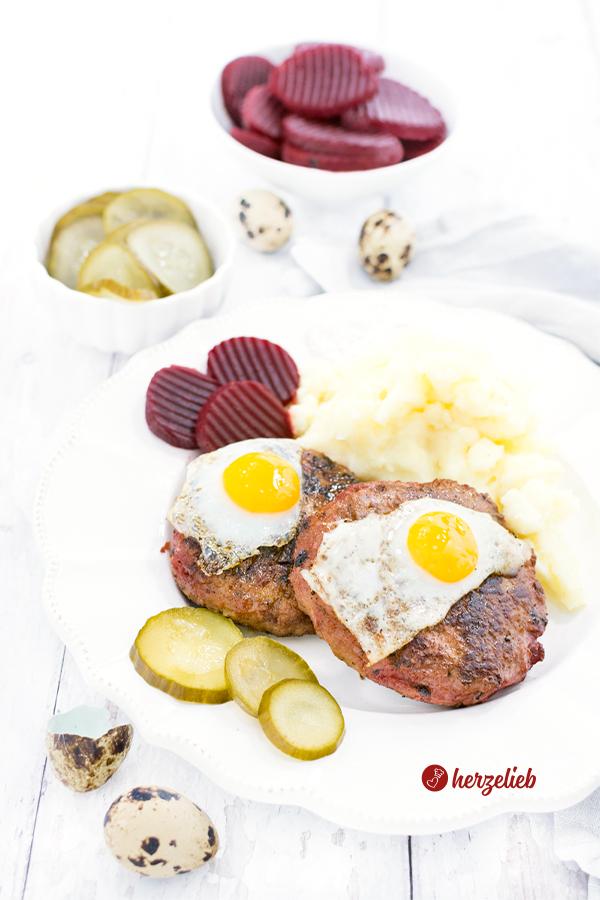Biff á la Lindström aus Schweden mit Gurken, Ei, Kartoffelbrei und roter Bete