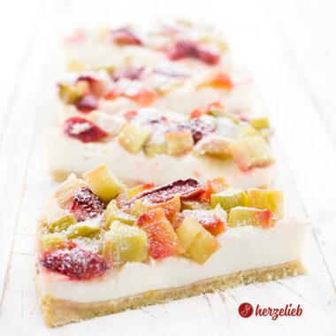 Einfacher Pudding-Rhabarberkuchen von herzelieb. 4 Kuchenstücke