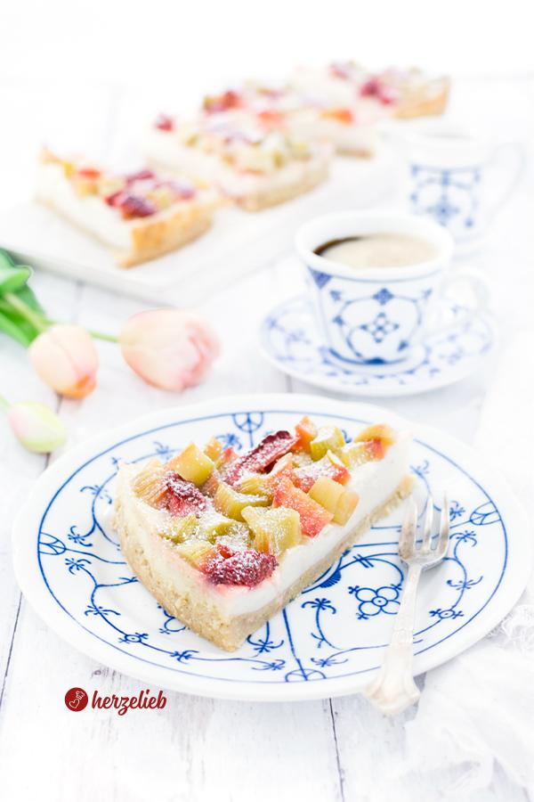 Ein Stück Pudding-Rhabarberkuchen von herzelieb auf dem Kaffetisch