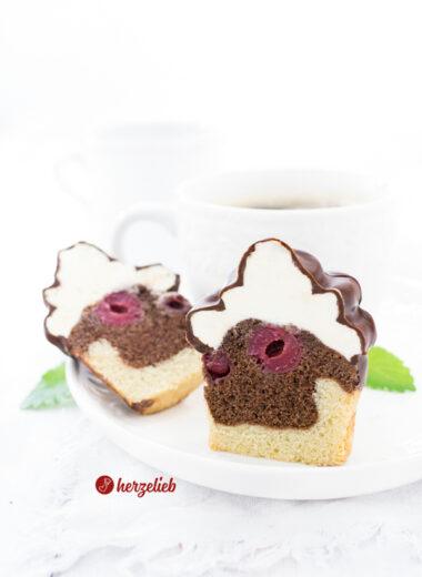 Donauwelle Muffins angeschnitten mit einer Tasse Kaffee