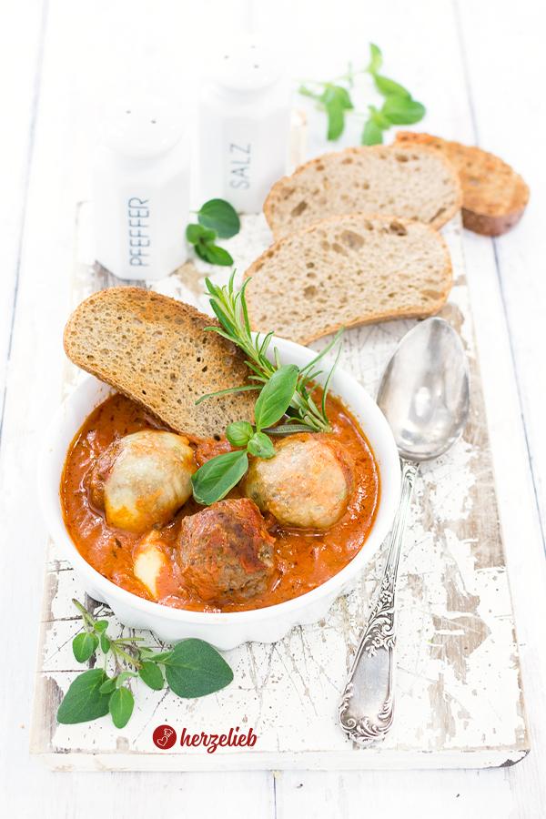 Hackbällchen Toskana Rezept von herzelieb mit Mozzarella überbacken und Brot als Beilage