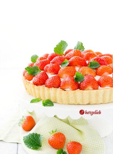 Dänische Jordbærtærte, dänischer Erdbeerkuchen mit Mürbeteig, Marzipan, Schokolade, Vanillecreme und Erdbeeren