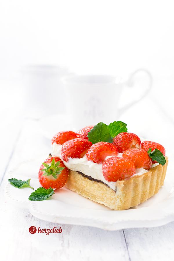 Dänischer Erdbeerkuchen, Jordbærtærte mit Mürbeteig, Marzipan, Schokolade, Vanillecreme und Erdbeeren