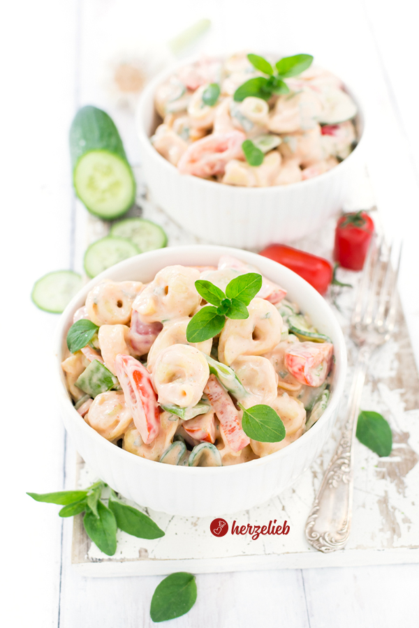 Tortellini Salat mit Oregano, Paprika, Tomate, Zuckerschoten, Paprika und einer Tomatenmayonnaise