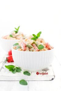 Tortellini Salat mit Tomaten, Gurken, Zuckerschoten, Paprika und Oregano