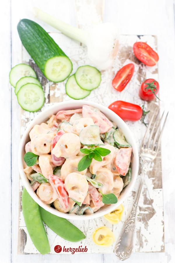 Tortellini Salat mit Gemüse in Tomatenmayonnaise von herzelieb