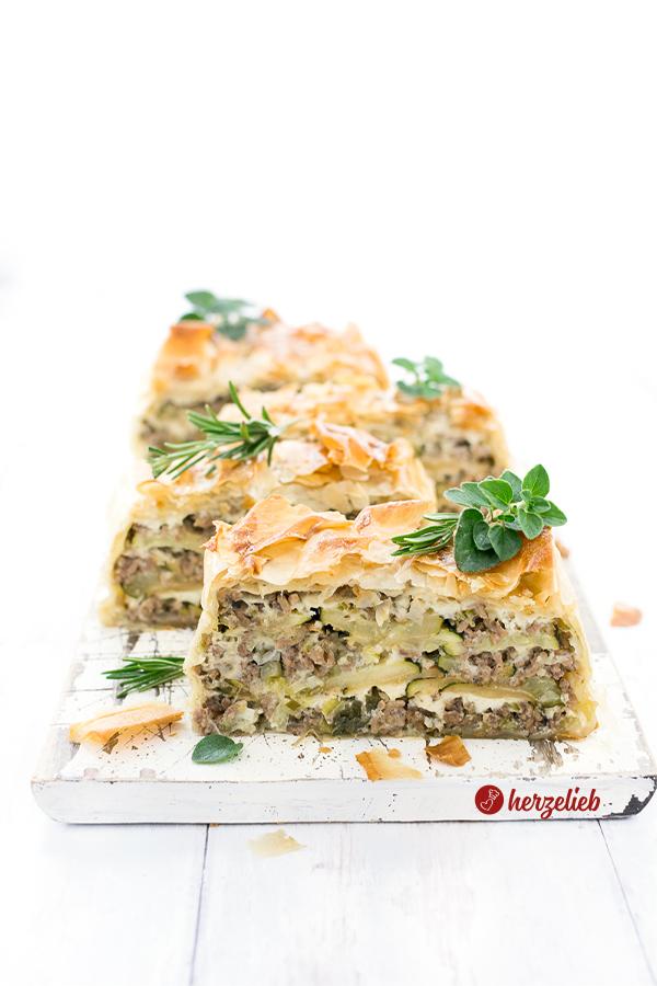 Selbstgemachte Hack-Zucchini-Lasagne im Filoteig mit Feta nach einem Rezept von herzelieb. In Scheiben geschnitten nach einem Rezept von herzelieb.
