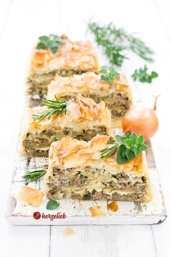Hack-Zucchini-Lasagne in der Kastenform gebacken mit Feta in 4 Stücke geschnitten Rezept von herzelieb