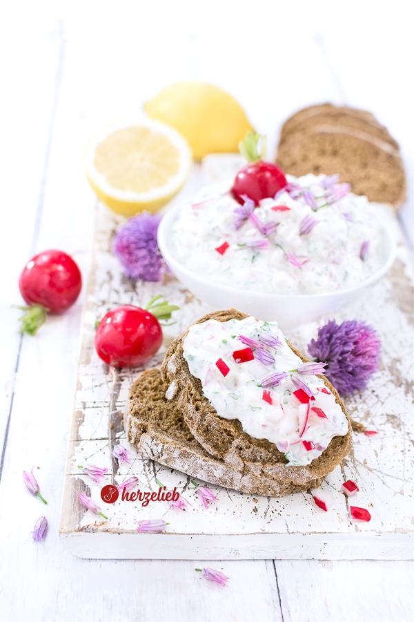 Radieschendip oder Radieschenaufstrich mit Schnittlauchblüten von herzelieb