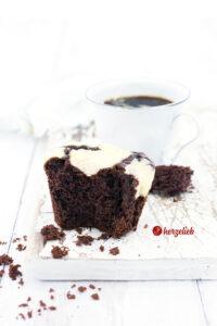 Cheesecake Muffins mit Schokoladenteig und Cheesecake Haube Rezept von herzelieb