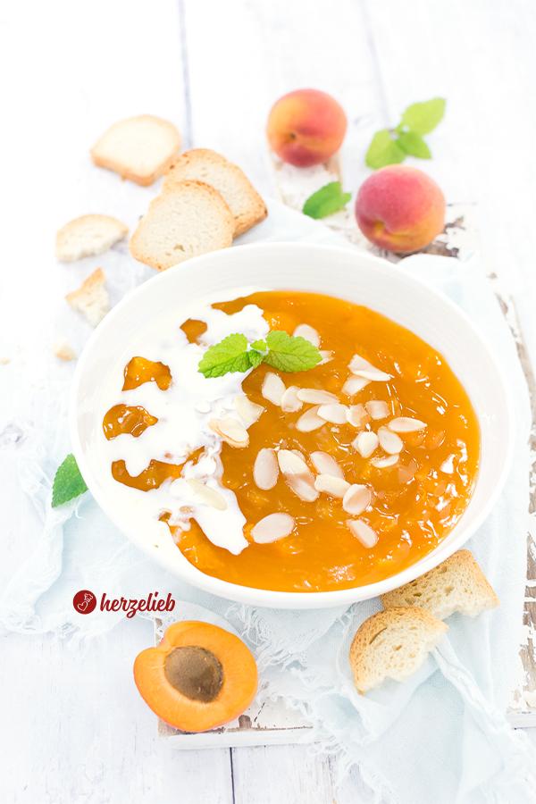 Selbstgekochte gelbe Grütze oder Aprikosengrütze mit Sahne, Zwieback, Mandelblättchen, und Aprikosen Rezept von herzelieb