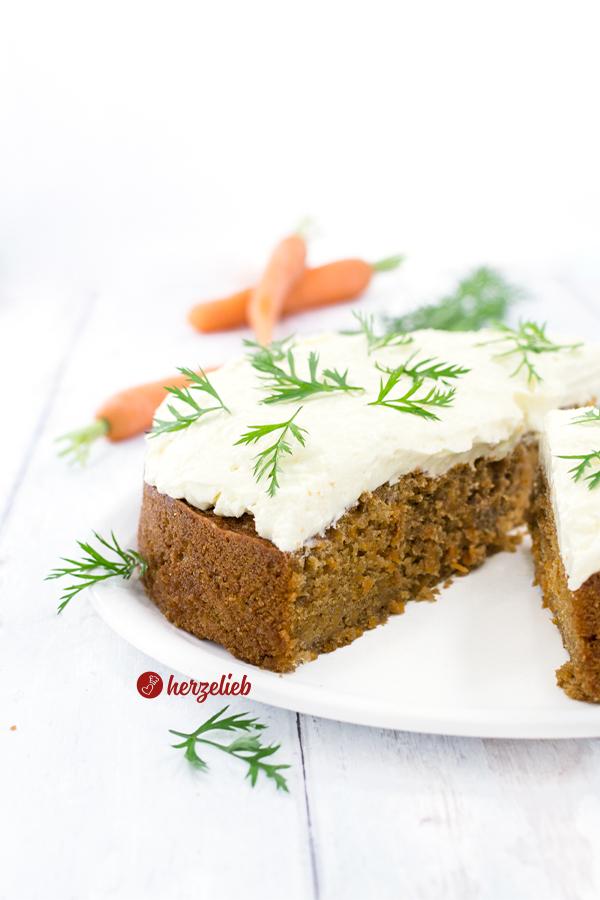 Gulerodskage oder Karottenkuchen Rezept mit Frischkäse-Topping Rezept von herzelieb