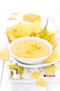 Goldgelber Cheddar Käse Dip Rezept zu Nachos von herzelieb