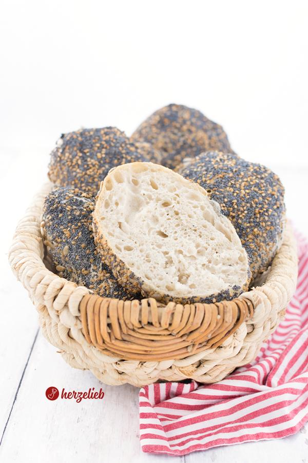 Skagenslapper Brötchen Rezept von herzelieb- Der Boden mit Sonnenblumenkernen, oben mit Mohn und Sesam.