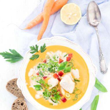 Karrysuppe Rezept aus Dänemark vom Foodblog herzelieb. Mit Hühnchen, Kokosmilch und ganz viel Gemüse wie Paprika, Zuckerschoten und Frühlingszwiebel