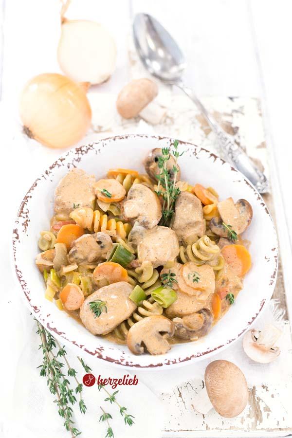 Filet-Schlemmertopf mit Möhren, Champignons, Zwiebeln, Lauch und Schweinefilet