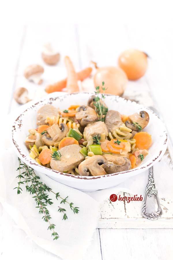 Filet-Schlemmertopf mit Nudeln, Karotten, Schweinefilte, Lauch und Zwiebeln