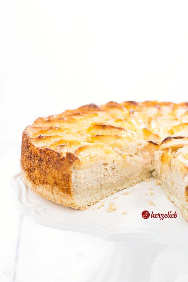 Angschnittener Schwedischer Apfekuchen mit Marzipan Rezept vom Foodblog herzelieb