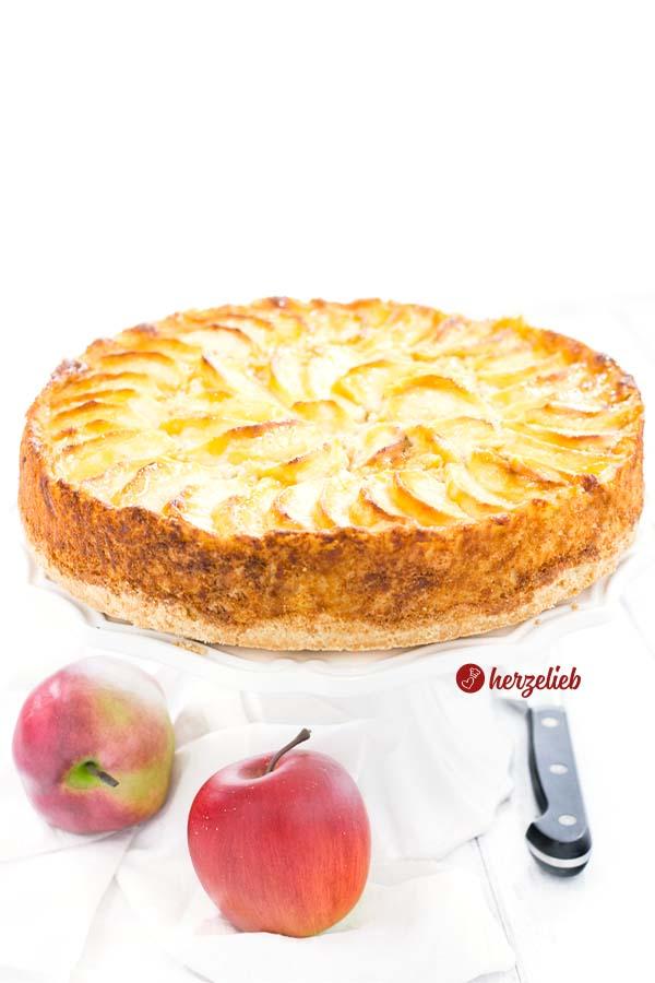 Saftiger Apfelkuchen mit Marzipan aus Schweden vom Foodblog herzelieb