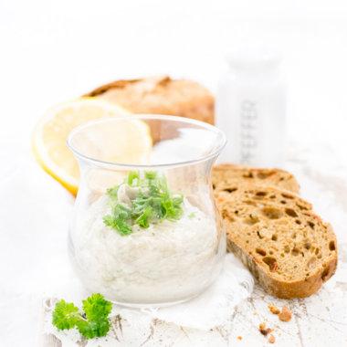 Heringsbutter im Glas mit Brot