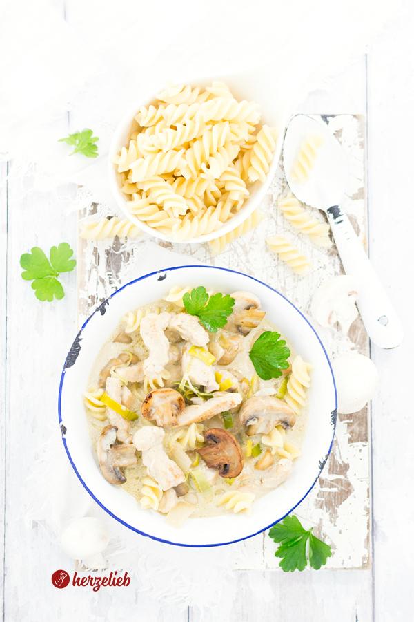 Senf-Putentopf Rezept mit Nudeln und Champignons von herzelieb