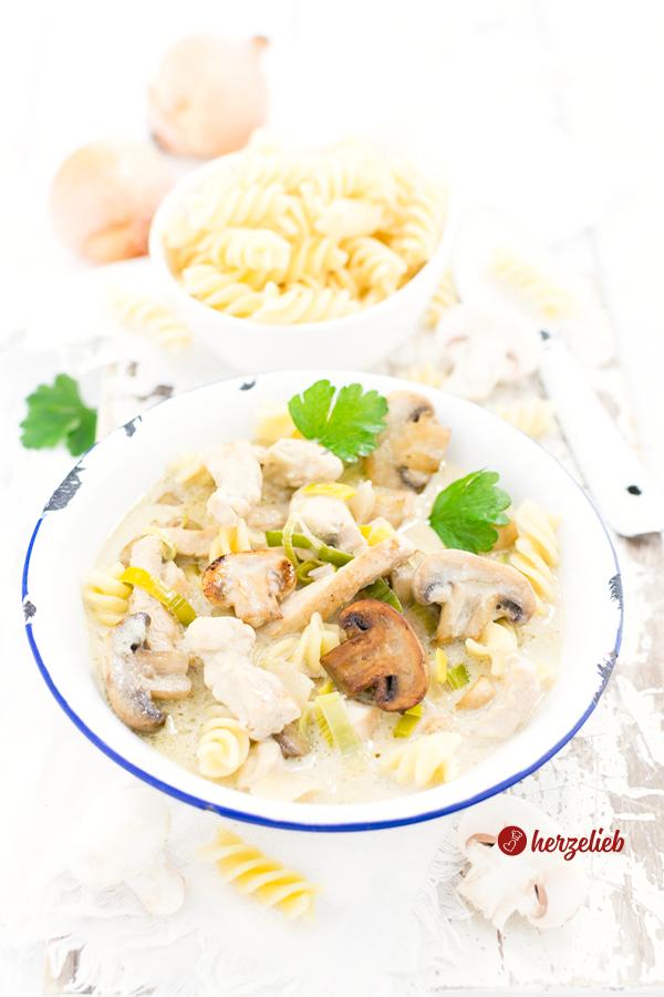 Senf-Putentopf mit Nudeln und Champignons von herzelieb